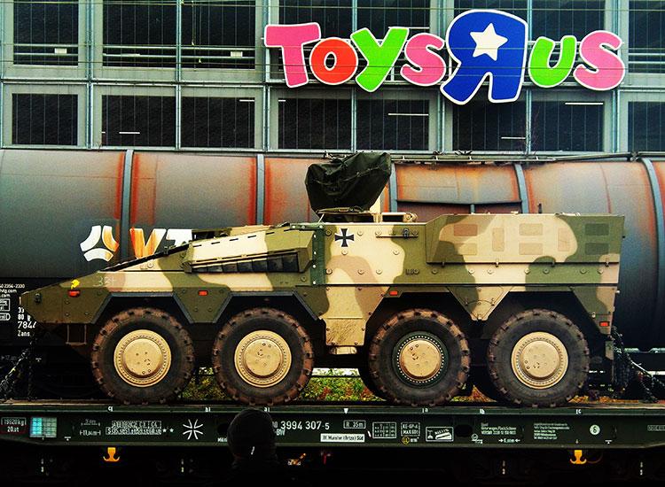 Militärfahrzeug vor Toys R Us